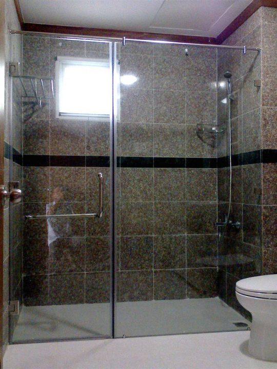 Phòng tắm kính 90 độ sử dụng bản lề tường kính 90