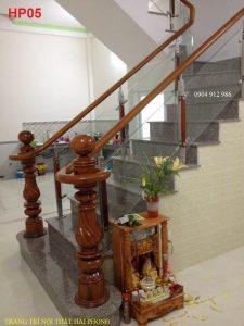 Cầu thang kính trụ inox kẹp gỗ.