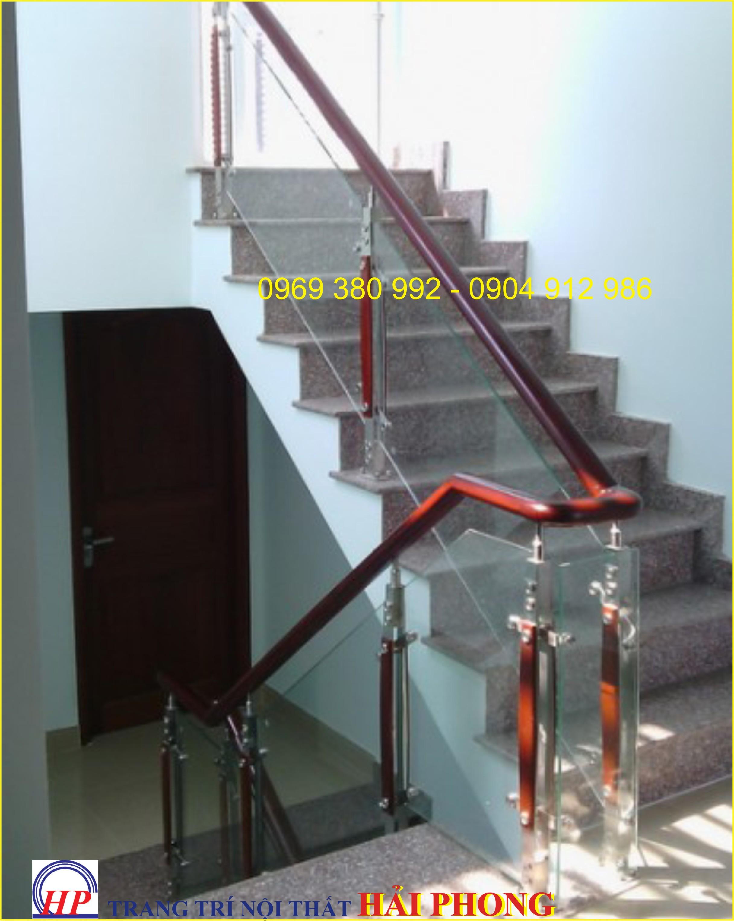 Cầu thang kính cường lực có trụ tay vịn gỗ căm xe